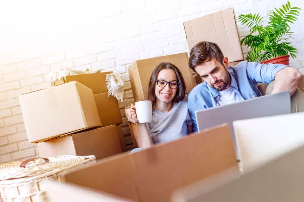 Couple en déménagement